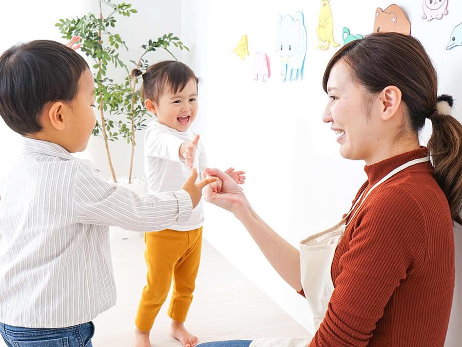 子どもと遊ぶ保育士